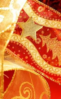 金の星とのクリスマスの黄金の装飾