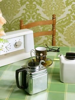 Кофемашина ретро кухня зеленая скатерть
