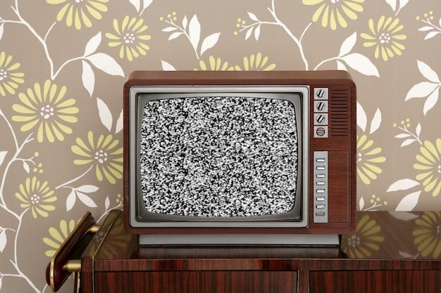 ヴィンテージの木製の壁にレトロな木製テレビ