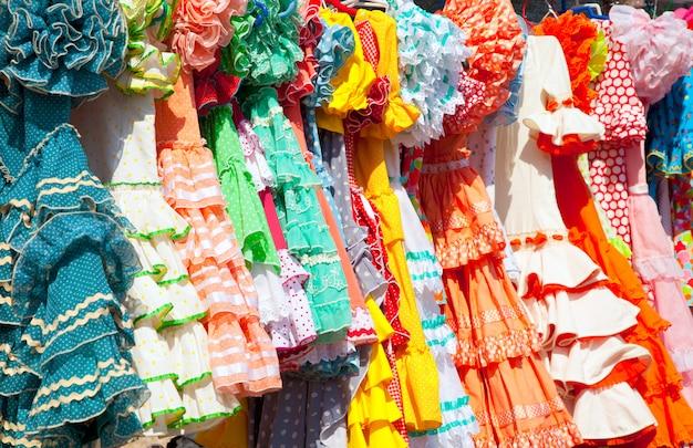 スペインで絞首刑にされたラックのカラフルなジプシードレス