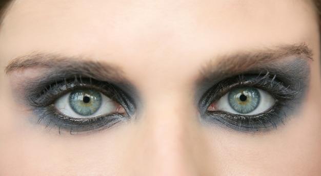 Зеленые глаза женщины, черные тени для век макияжа