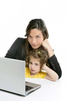 美しい母親と娘のラップトップコンピューター