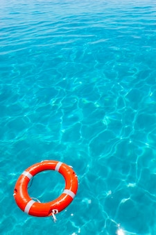 Оранжевый буй, плавающий на идеальном тропическом пляже