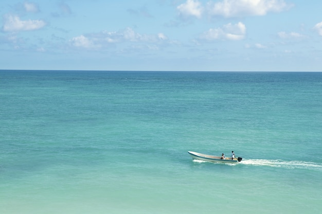 ターコイズブルーのボートで熱帯のカリブ海