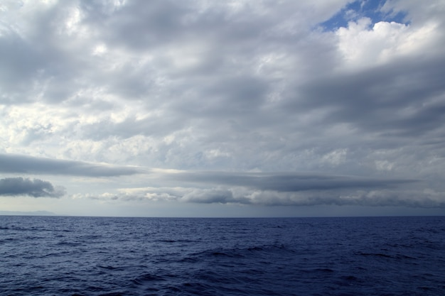 Пасмурный штормовой день на берегу моря