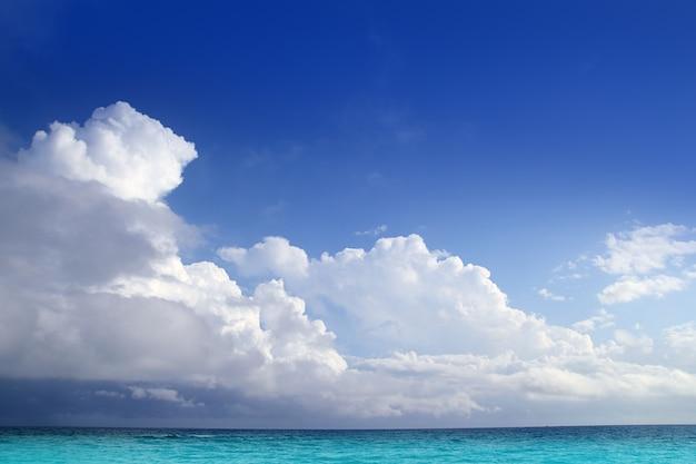 青い空の地平線のカリブ海のアクア海の雲