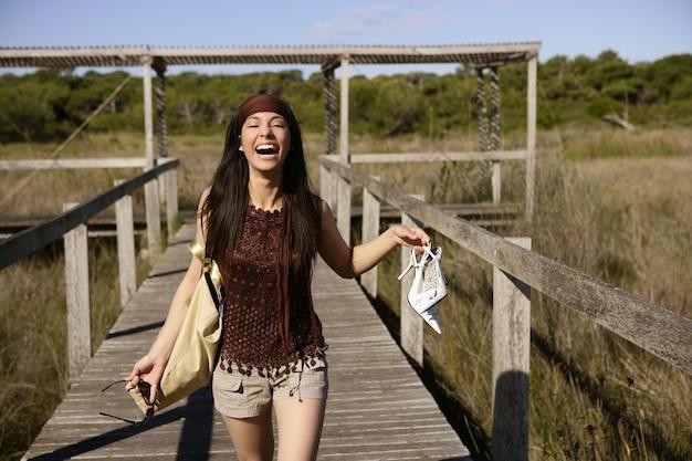 美しい女性、観光ランニングを強調