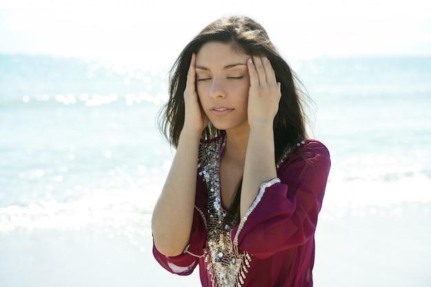 Красивая женщина расслабляющий на пляже