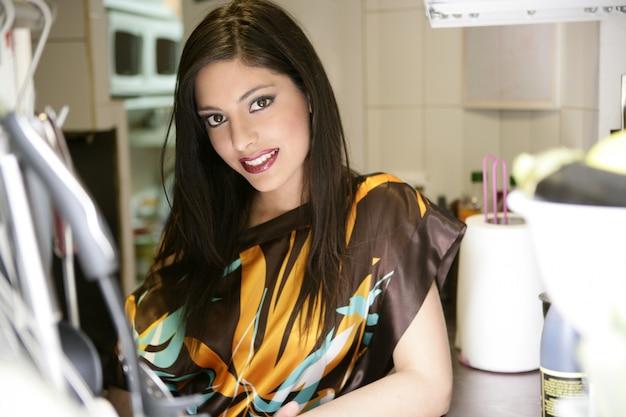 台所の美しいファッション女性