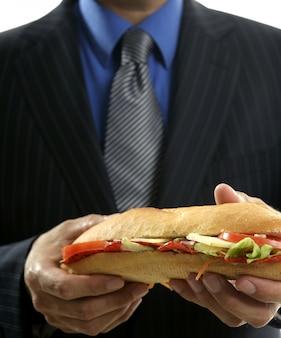 Бизнесмен ест фаст-фуд