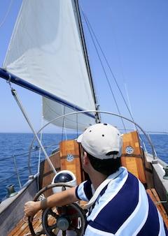 船員が海でセーリングします。青の上のヨット