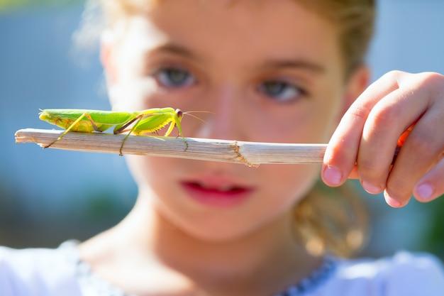 Натуралист биолог девочка девочка ищет богомола