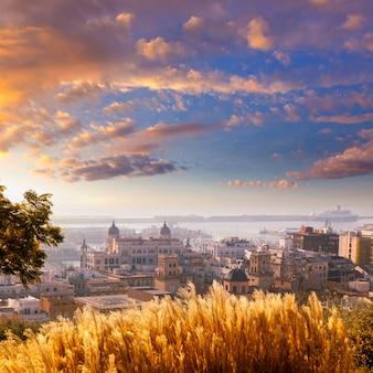 地中海のアリカンテの街並みのスカイライン