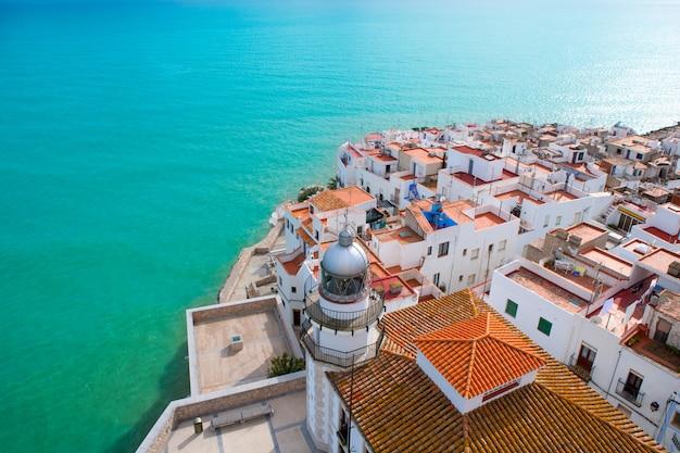 Пенискола пляж и деревня с высоты птичьего полета в кастельон, испания