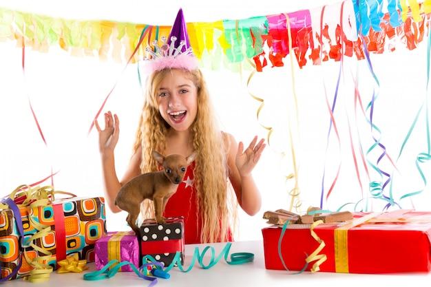 Партийная белокурая девочка ребенка, счастливая с подарком щенка