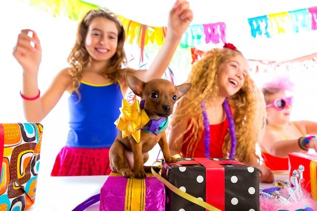 Подружки танцуют с подарками и щенком
