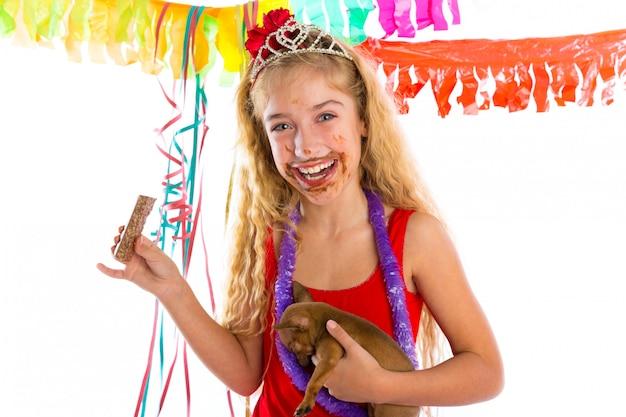 Счастливый тусовщик щенок ест шоколад