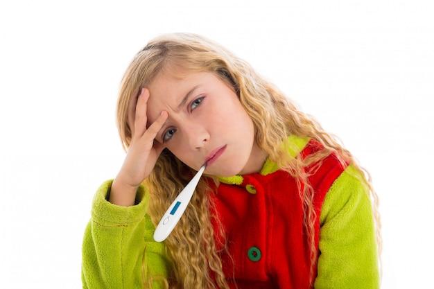 温度計とインフルエンザ風邪パジャマでブロンドの女の子
