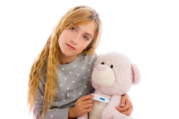テディベア温度計とインフルエンザのブロンドの女の子