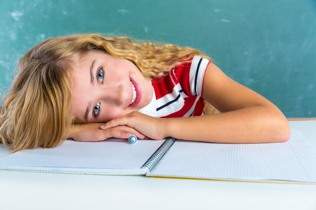 Счастливый студент выражение школьница в классе