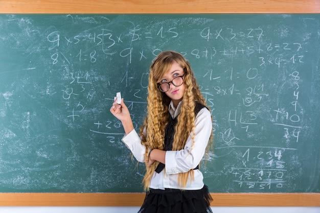 グリーンボード女子高生のオタク生徒ブロンドの女の子