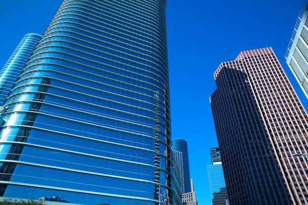 テキサスのダウンタウンのヒューストンミラーの高層ビル