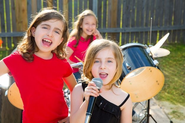 Детка певица девушка поет играет живая музыка на заднем дворе