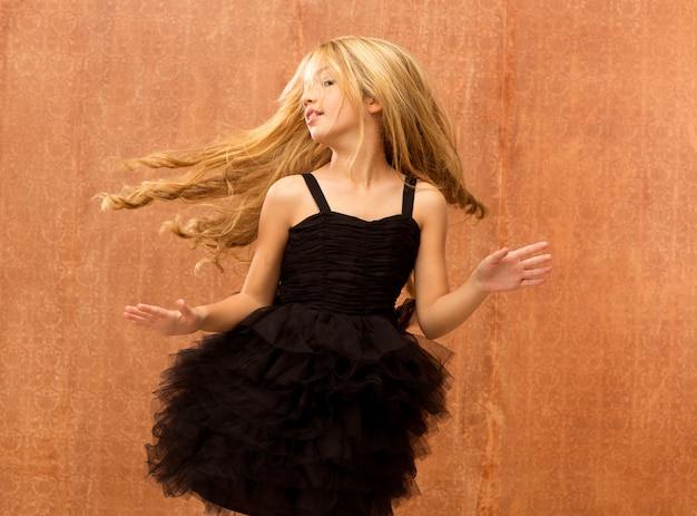 Черное платье малыш девушка танцует и крутит винтаж