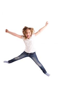 Белокурая малышка девочка с отступом прыгает сильный ветер на волосы