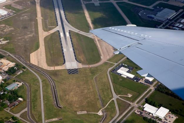 航空写真ビューから空港着陸道路ビュー