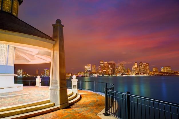 マサチューセッツ州のピアーズパークの夕暮れ時のボストンのスカイライン