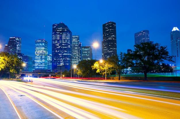 トラフィックライトと夕暮れ時のヒューストンテキサス州のスカイライン
