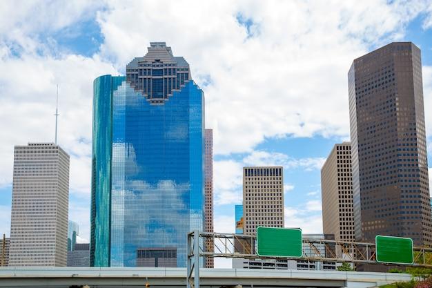 スカイスキャッパーと青い空とヒューストンテキサス州のスカイライン