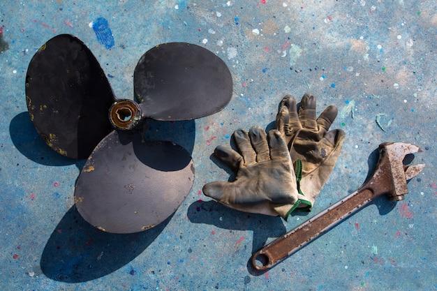 ボートプロペラ改善修理ツールと手袋