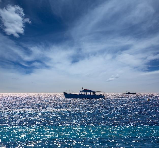 Средиземное море с лодками на балеарских островах
