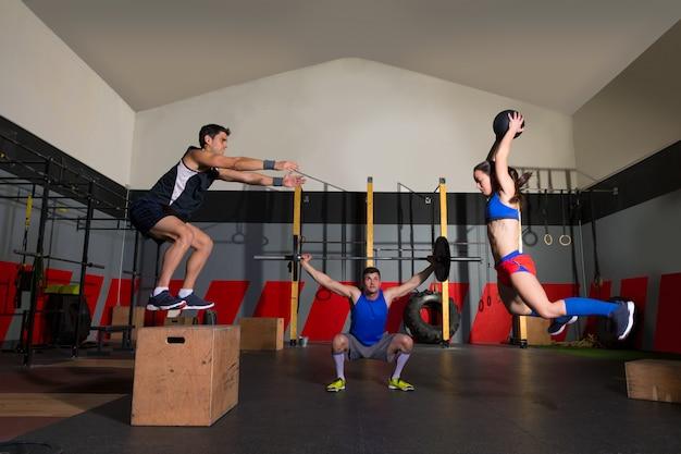 ジムグループトレーニングバーベルスラムボールとジャンプ