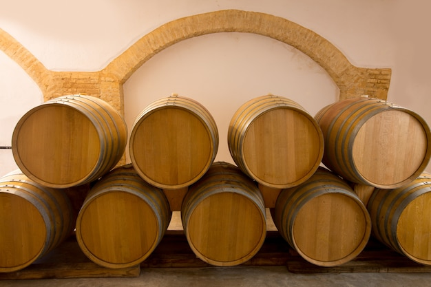 地中海のワイナリーでワイン木製オーク樽積み上げ