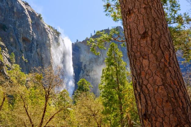 カリフォルニアのヨセミテブライダルベール秋滝