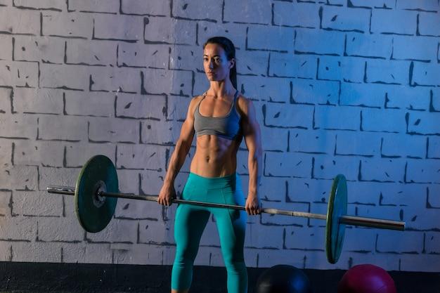 バーベルの重量挙げの女性の試しの重量挙げ