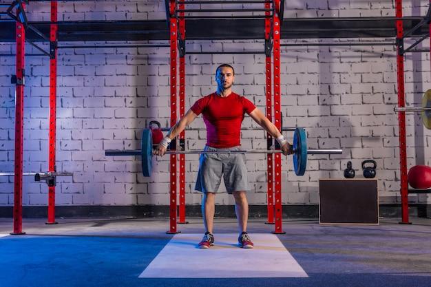 バーベルの重量挙げ男ウエイトリフティングトレーニング