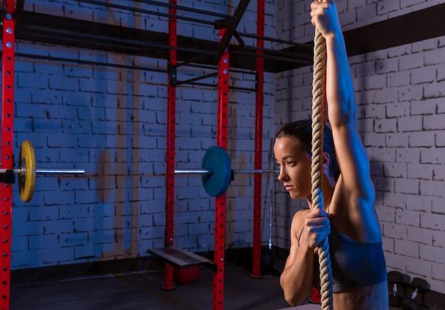 ジムでロープを行使する女性
