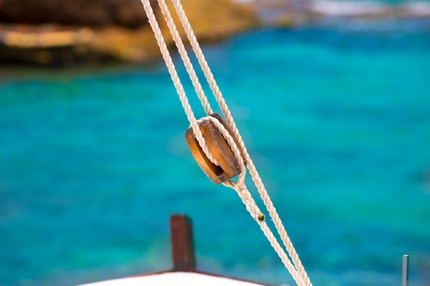 地中海のヨットからボートの古典的な滑車