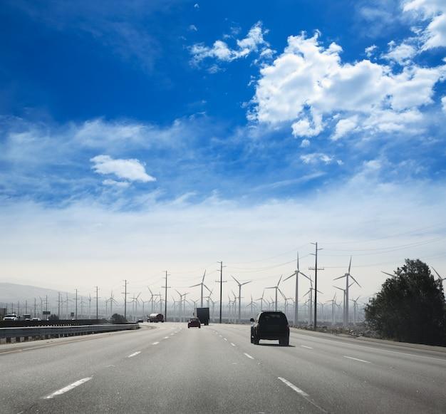 電気風車の空力発電機が付いているカリフォルニアの道