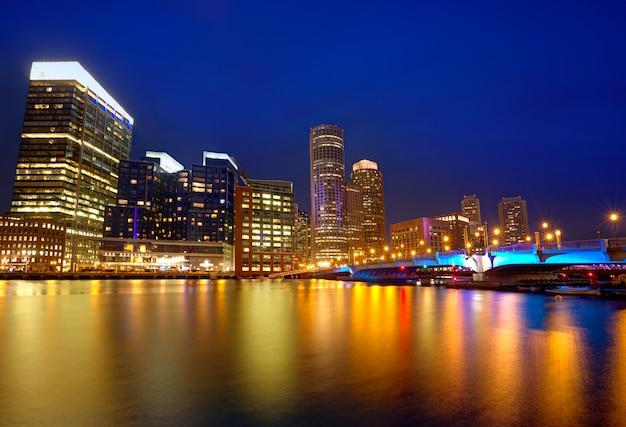 マサチューセッツ州ファン桟橋でボストンの夕日のスカイライン