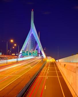 マサチューセッツ州のボストンザキム橋の夕日