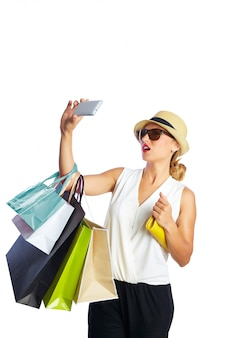 金髪のお買いもの女性バッグとスマートフォン