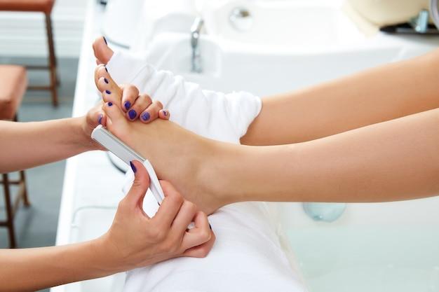 Педикюр для удаления омертвевшей кожи по уходу за ногами женщины