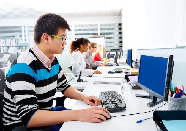 アジア系のビジネスマンのオフィスで若いコンピューター