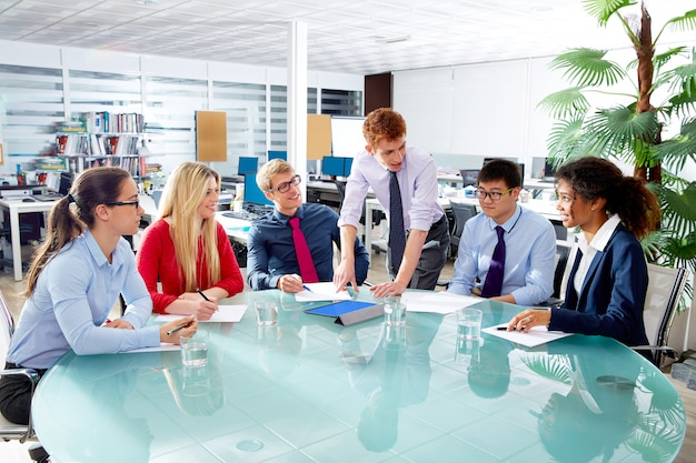 オフィスでのエグゼクティブビジネス人々チーム会議