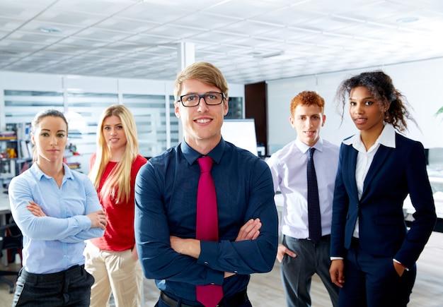 金髪の青年実業家多民族チームワーク